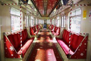 Metro wystrojone, kontrolerzy w mikołajkowych czapkach