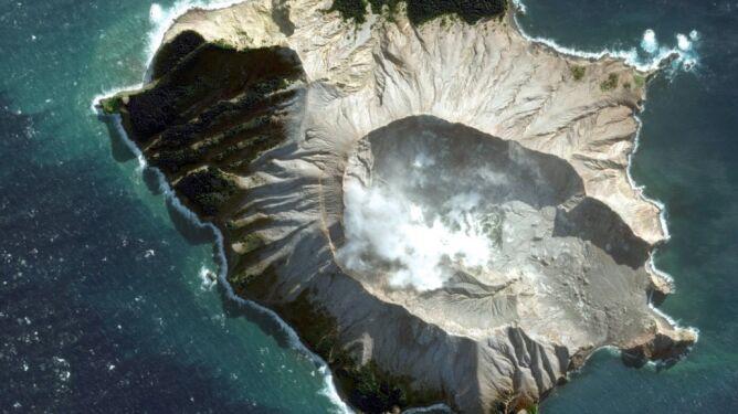 """Zabici i zaginieni po erupcji wyspy-wulkanu. """"Nie sądzimy, by na wyspie byli jeszcze ocalali"""""""