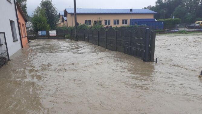 """""""Woda po prostu wypłynęła"""". Zalane drogi, piwnice i posesje po ulewach"""